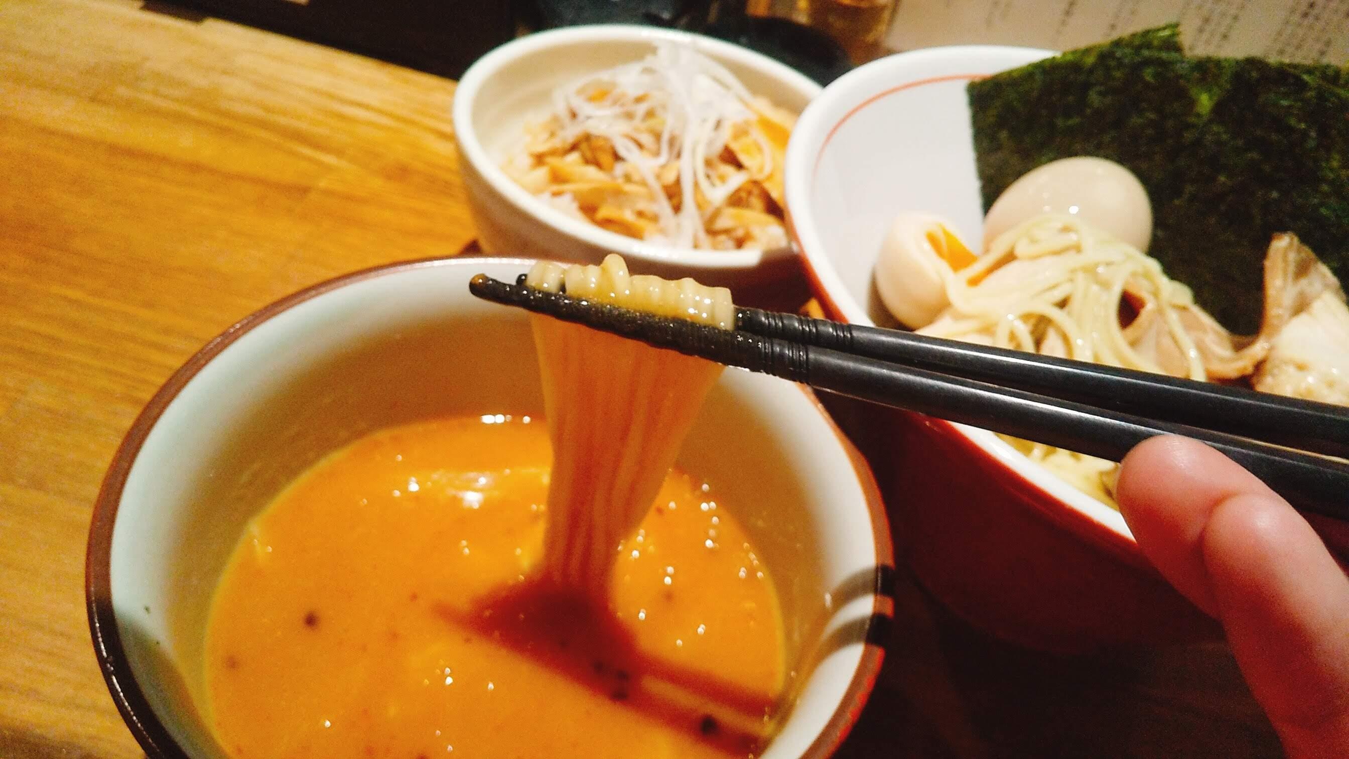 饗膳麺昌㐂の芳醇魚介鶏白湯特製つけ麺の麺リフト写真