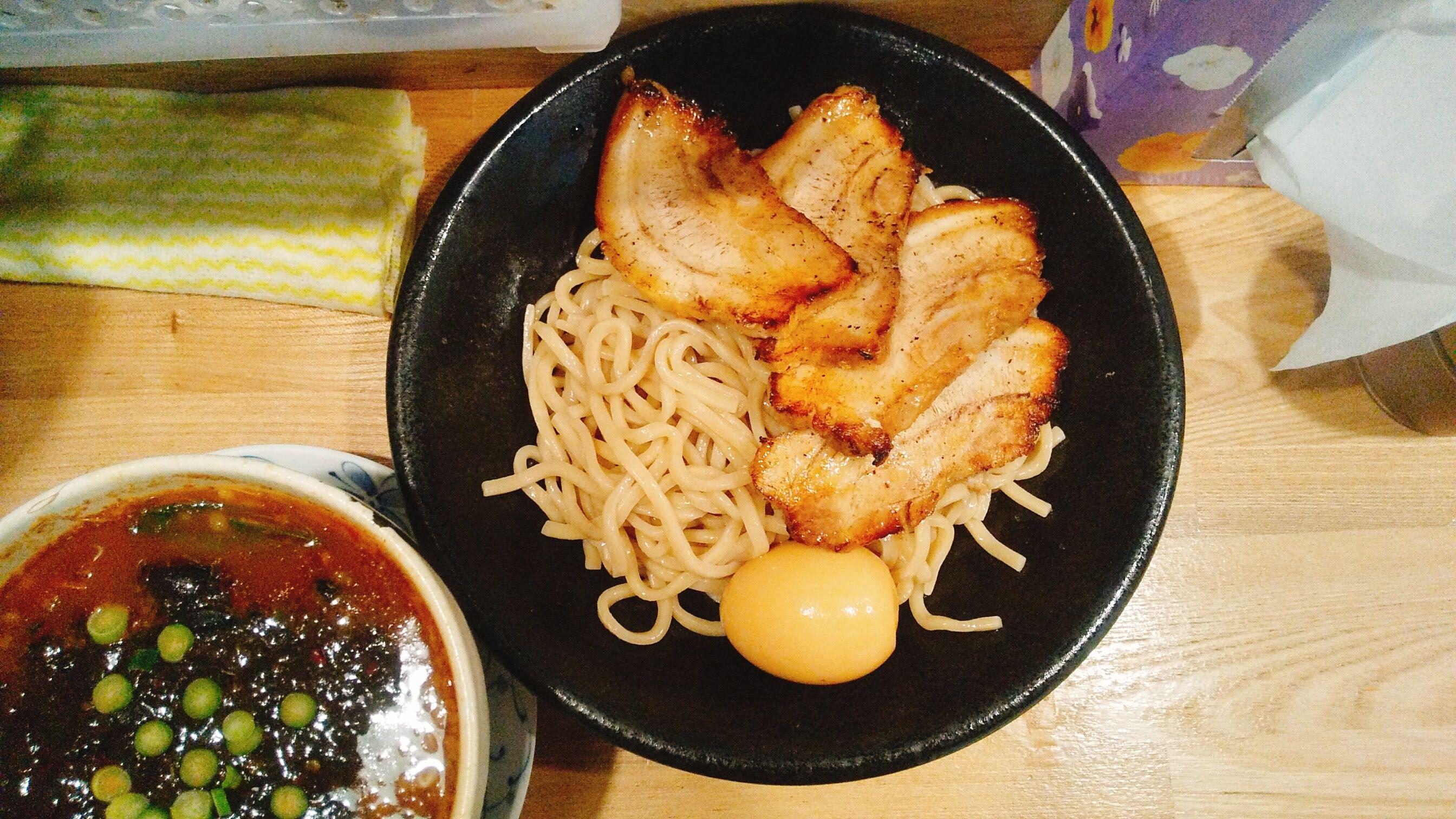 まっちゃんラーメン麺や一筋のチャーシュー味玉ブラックつけ麺の麺皿の写真