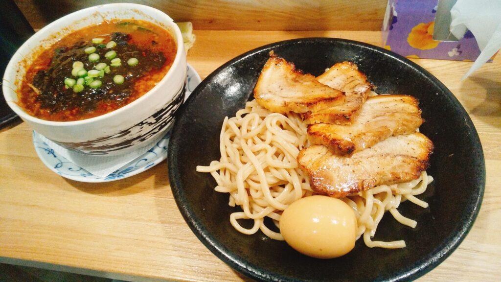 まっちゃんラーメン麺や一筋のチャーシュー味玉ブラックつけ麺の写真