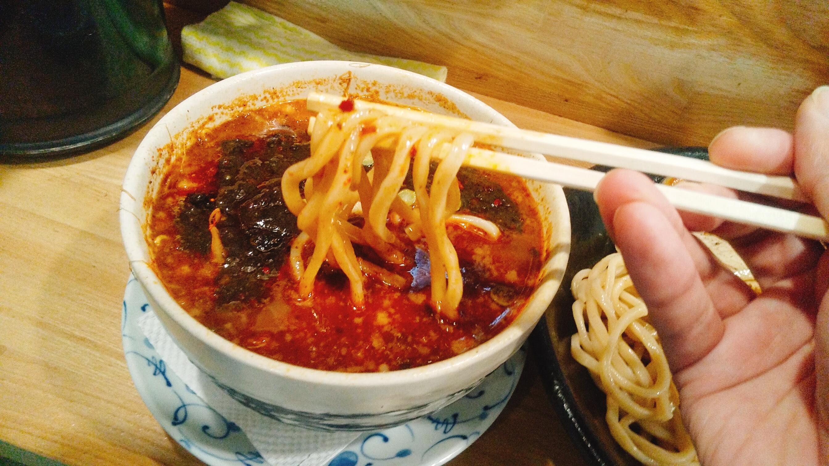 まっちゃんラーメン麺や一筋のチャーシュー味玉ブラックつけ麺の麺リフト写真