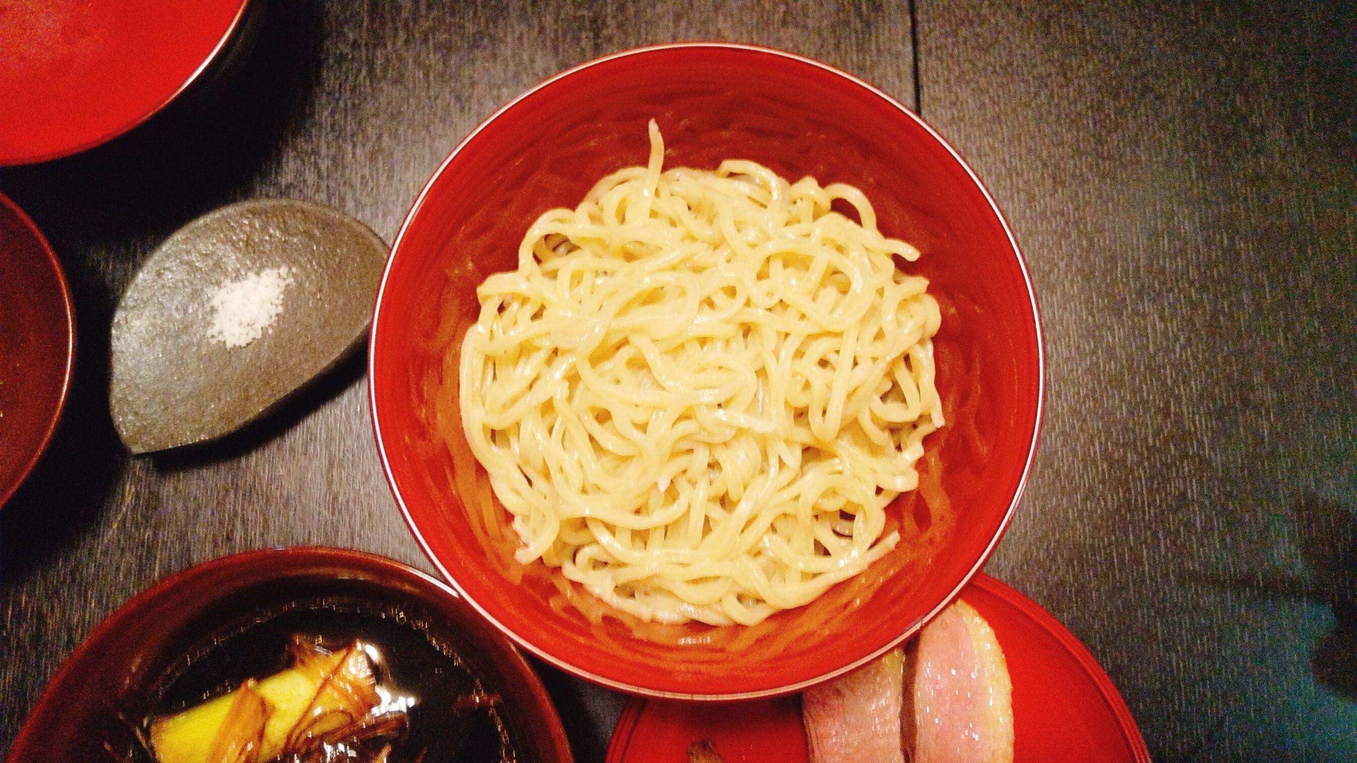 季織亭の手打ち小麦蕎麦の麺皿の写真