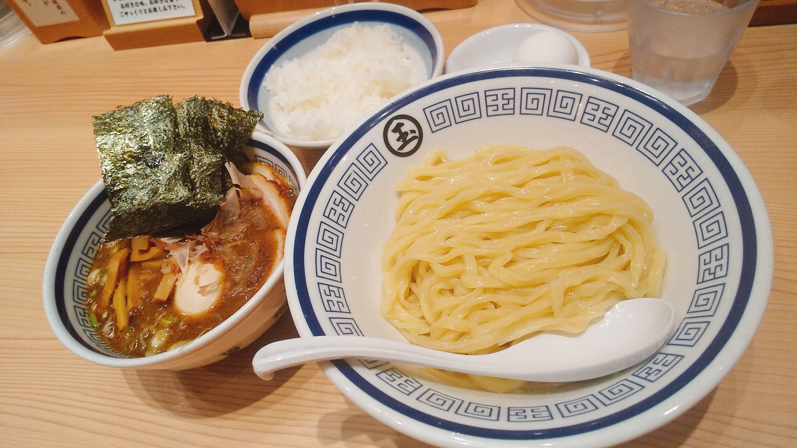 玉の特製つけ麺と卵かけご飯の写真