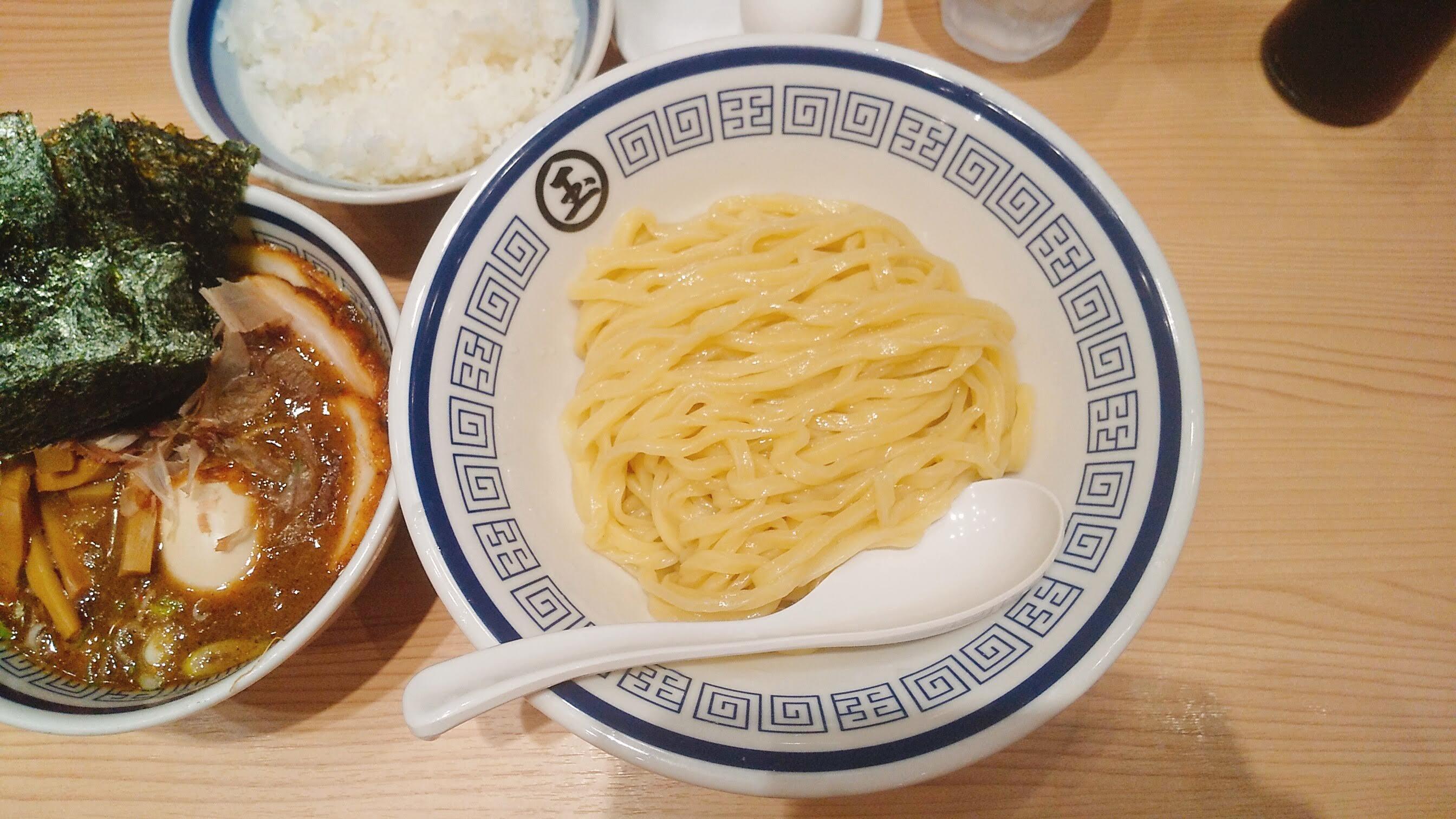 玉の特製つけ麺の麺皿の写真