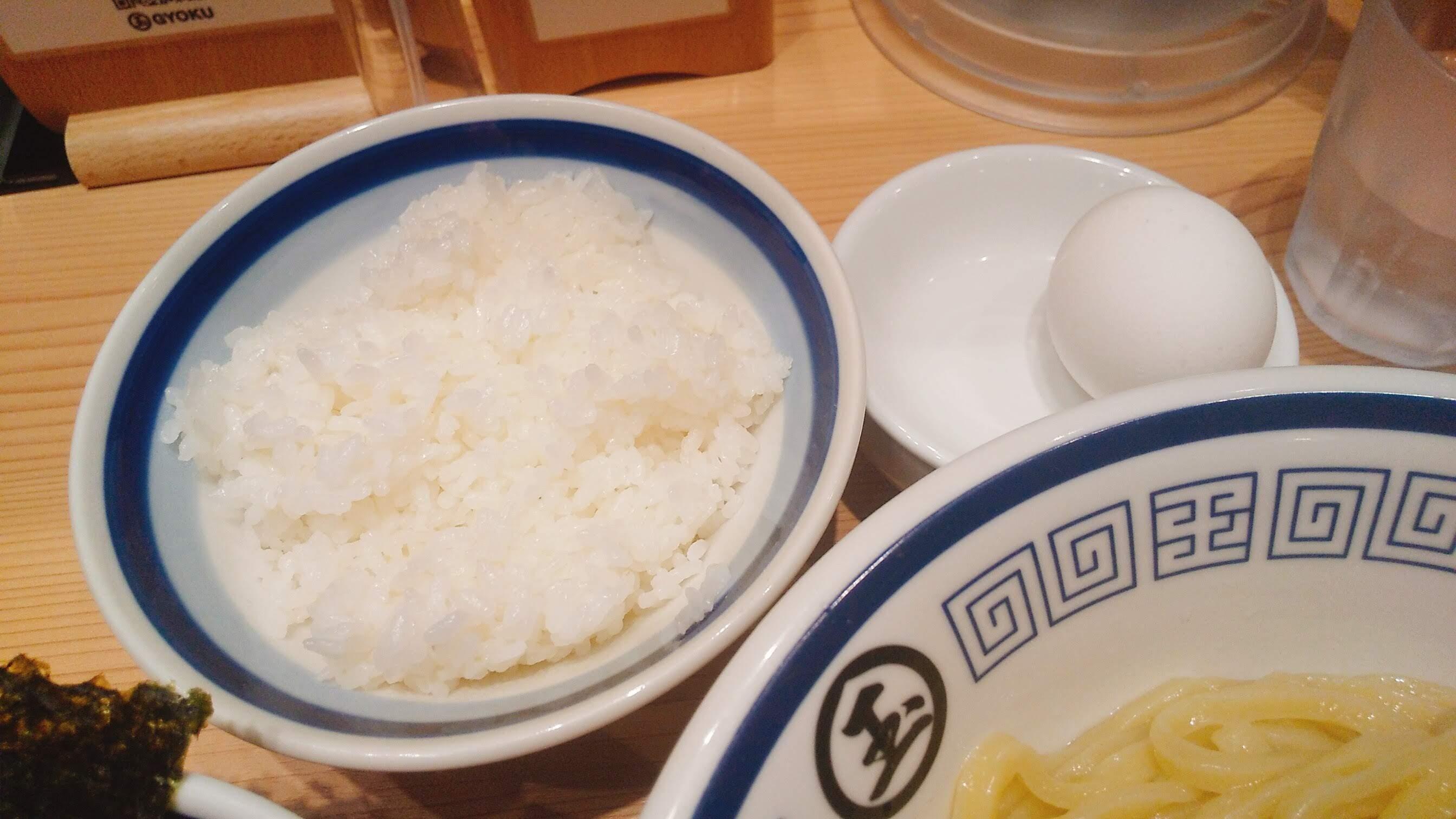 玉の特製つけ麺の卵かけご飯の写真