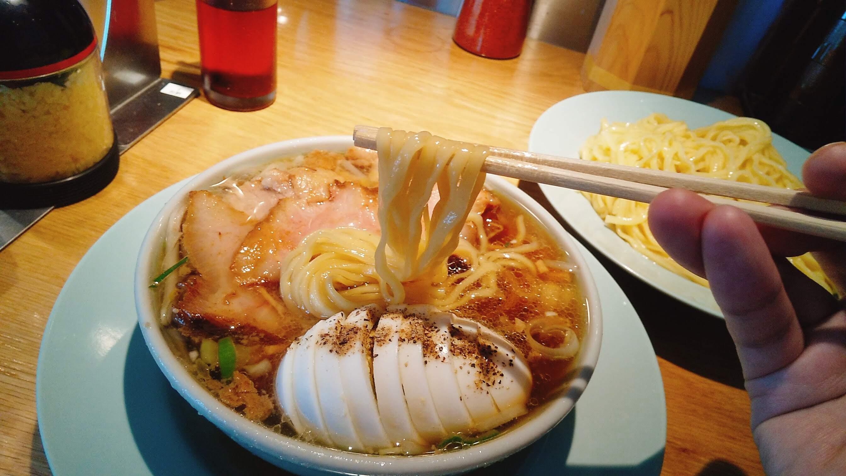 えっちゃんラーメンのチャーシュー盛り中華の麺リフト写真