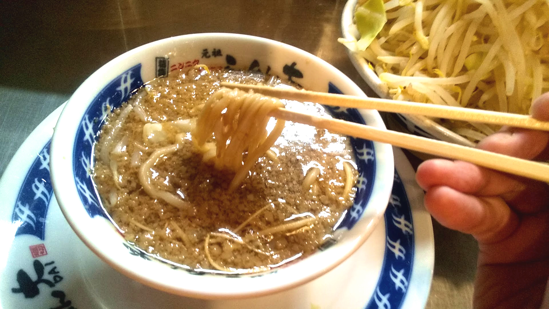 らーめん大本店のつけ麺の麺リフト写真