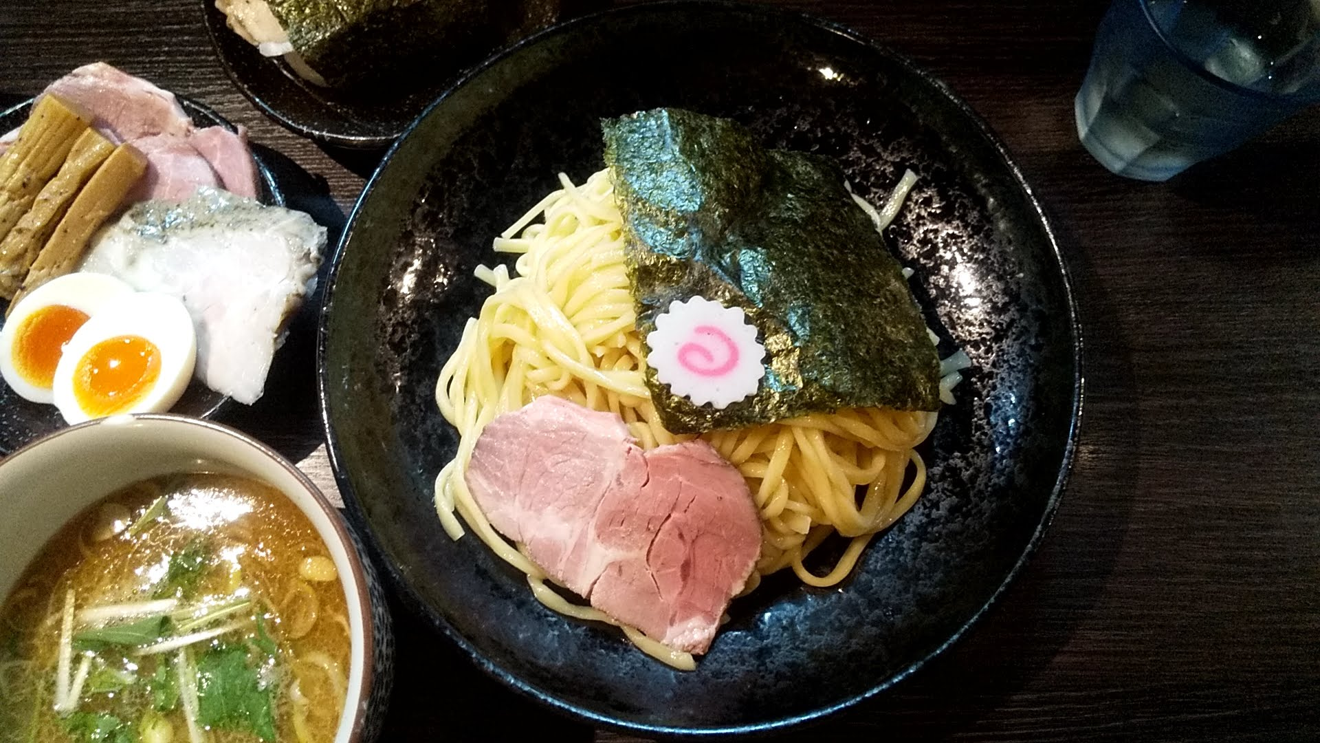 麦屋浮浪雲のつけ麺特製盛の麺皿の写真