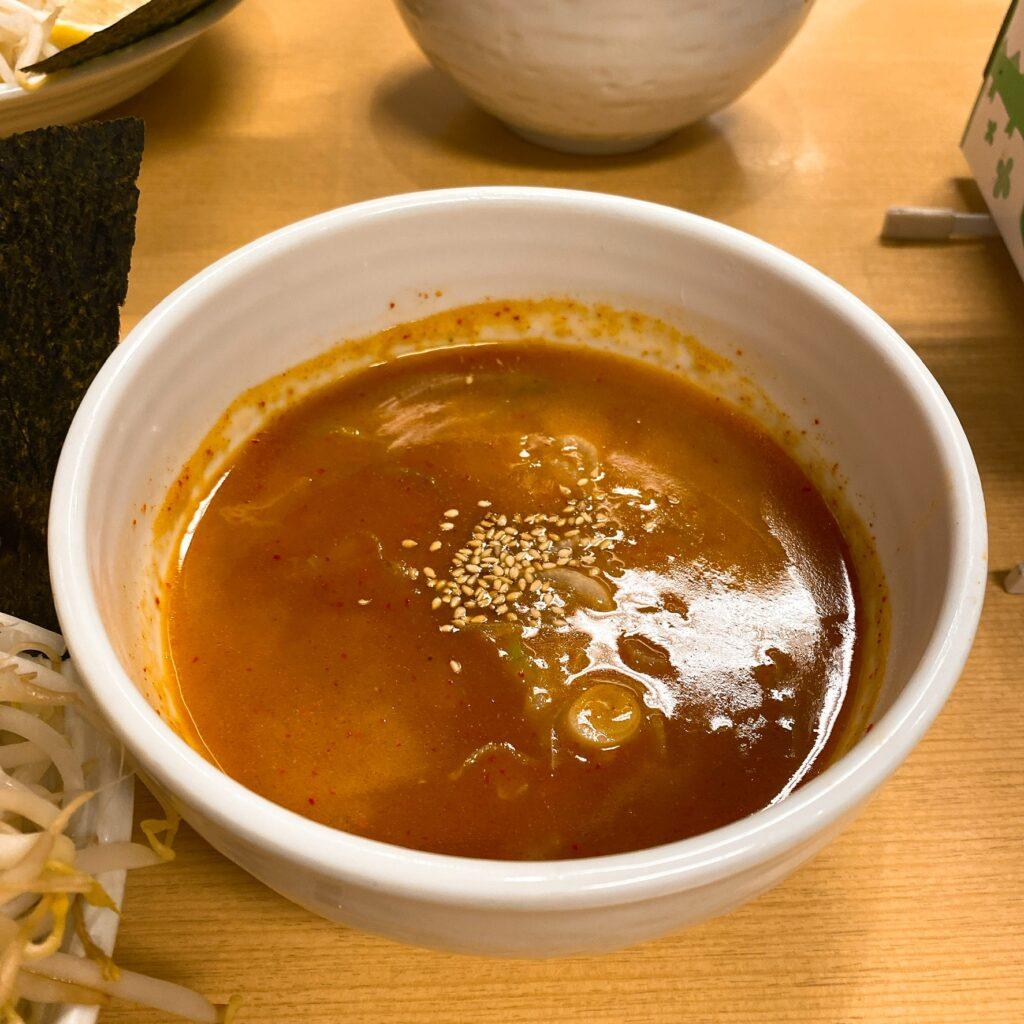 旨辛ラーメン表裏のスープ