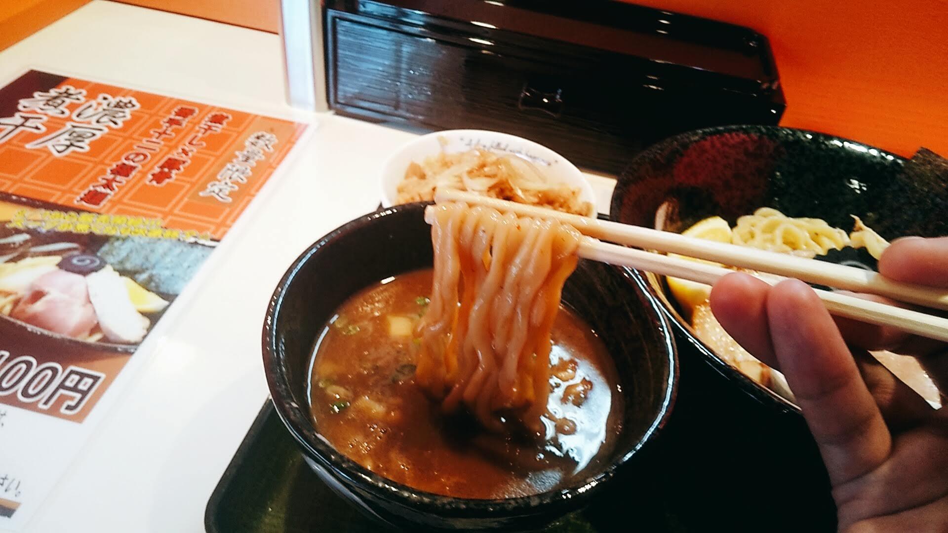 凱婷縁の濃厚煮干しつけ麺の麺リフト写真
