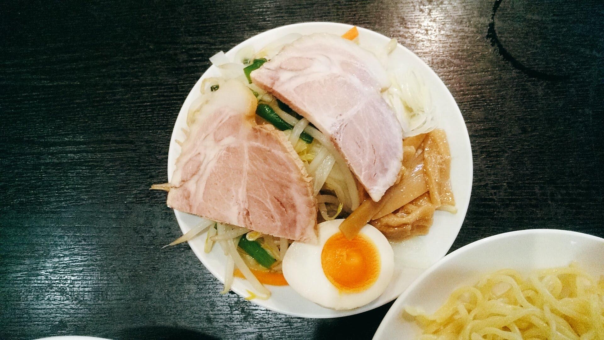 高政家のつけ麺のトッピングの写真