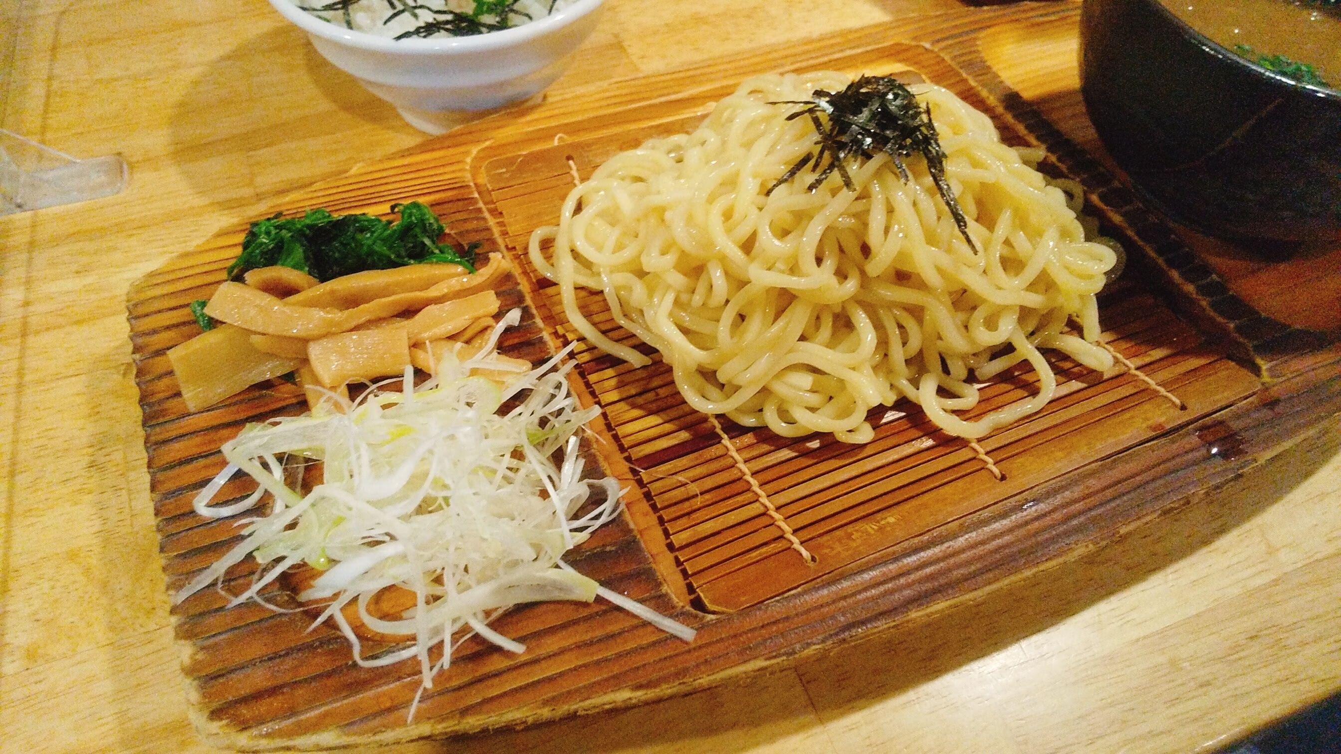城南らーめん紫龍のつけ麺の麺皿の写真