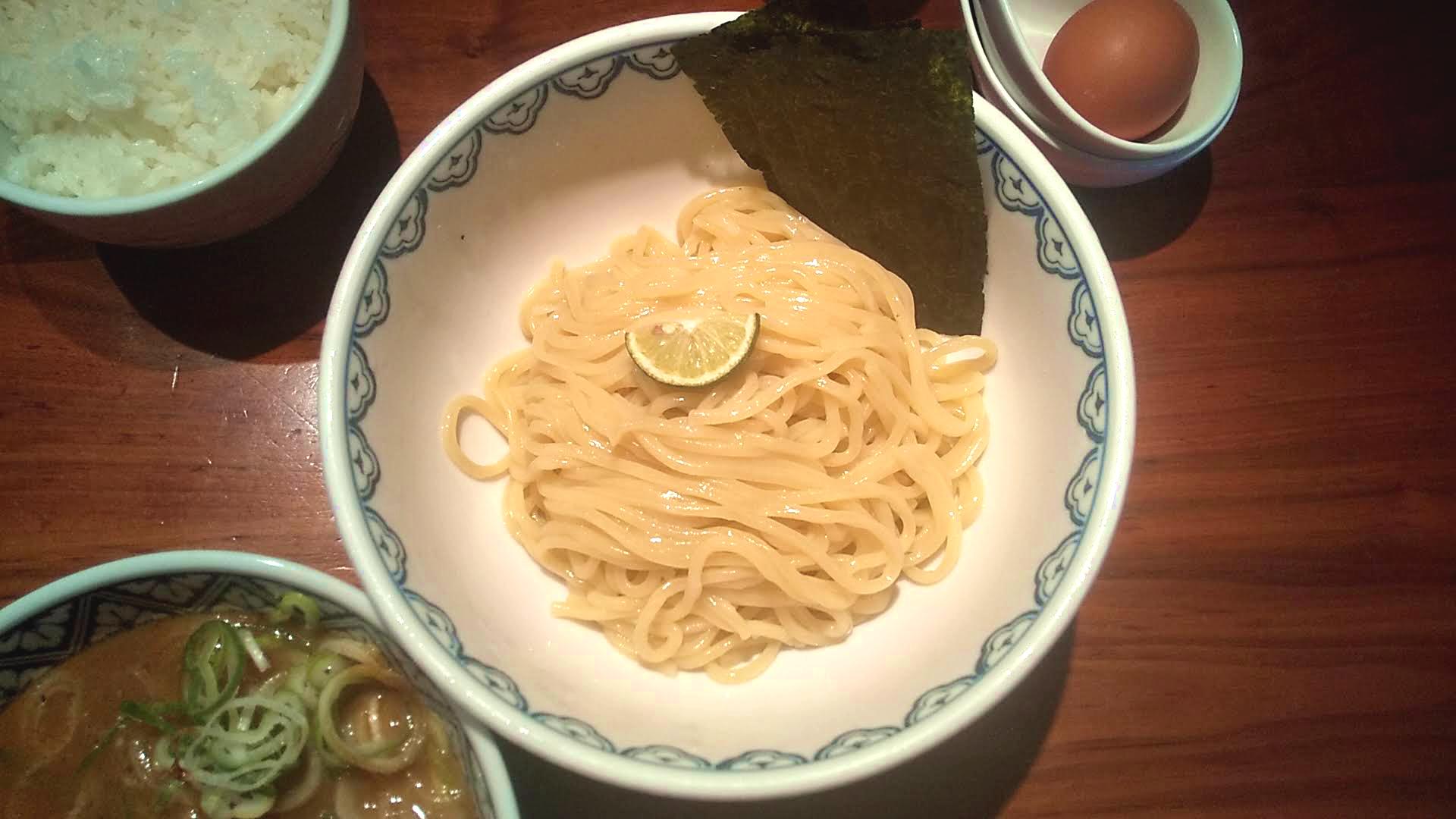 つじ田新橋店の二代目特製つけ麺の麺皿の写真