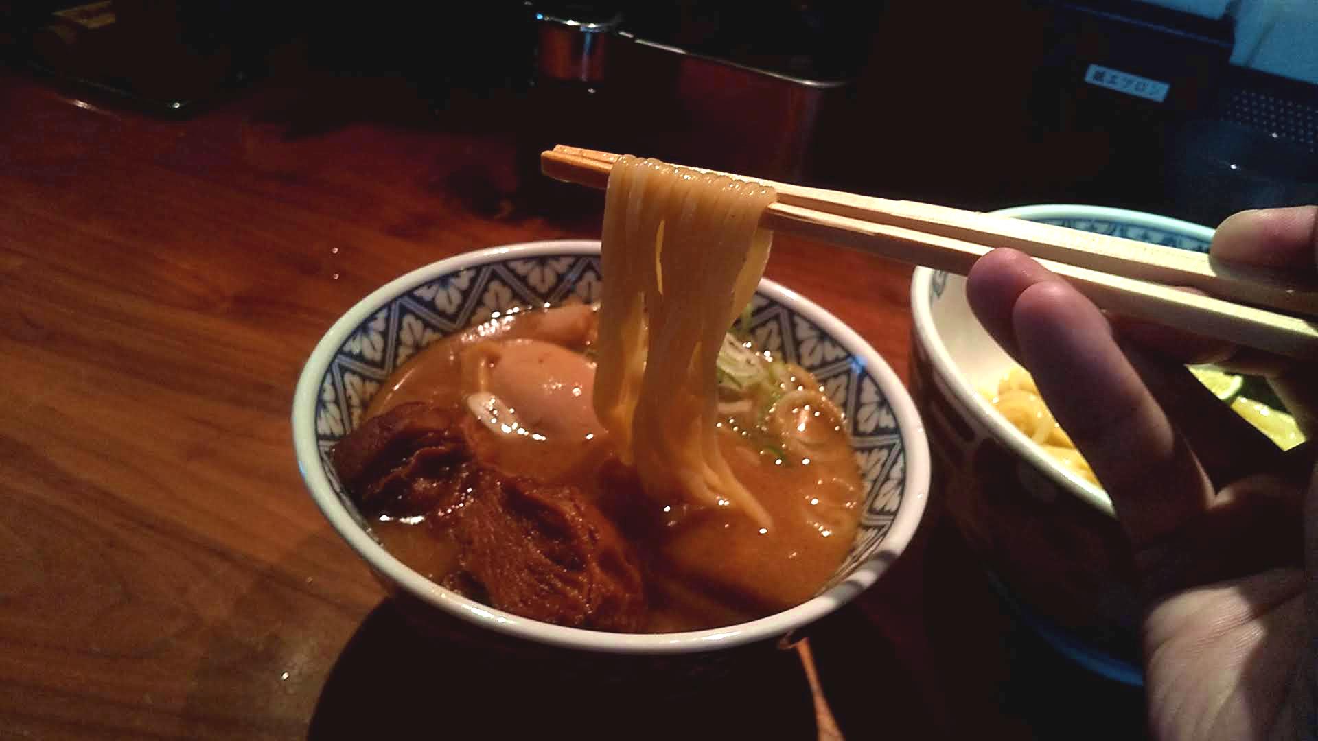 つじ田新橋店の二代目特製つけ麺の麺リフト写真