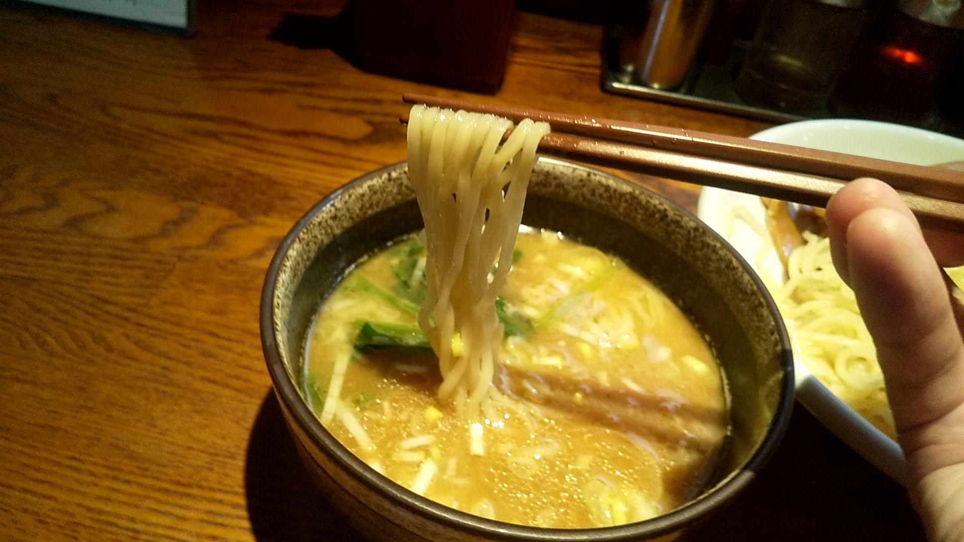 麺処鳴神のつけ麺の麺リフト写真