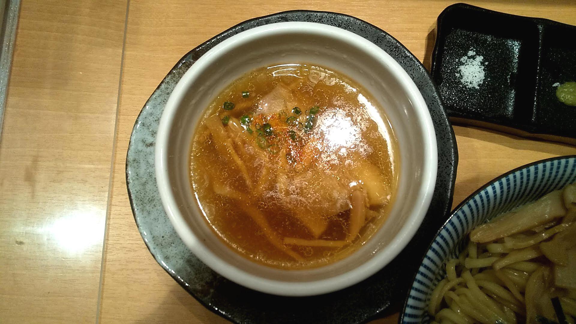 塩つけ麺灯花の特製つけ麺のつけ汁の写真
