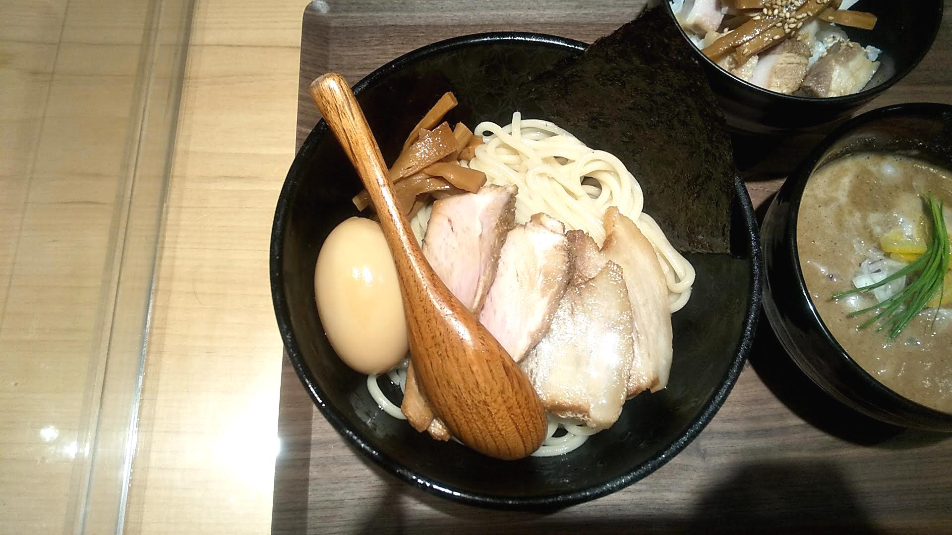 麺屋周郷の特製つけ麺の麺皿の写真