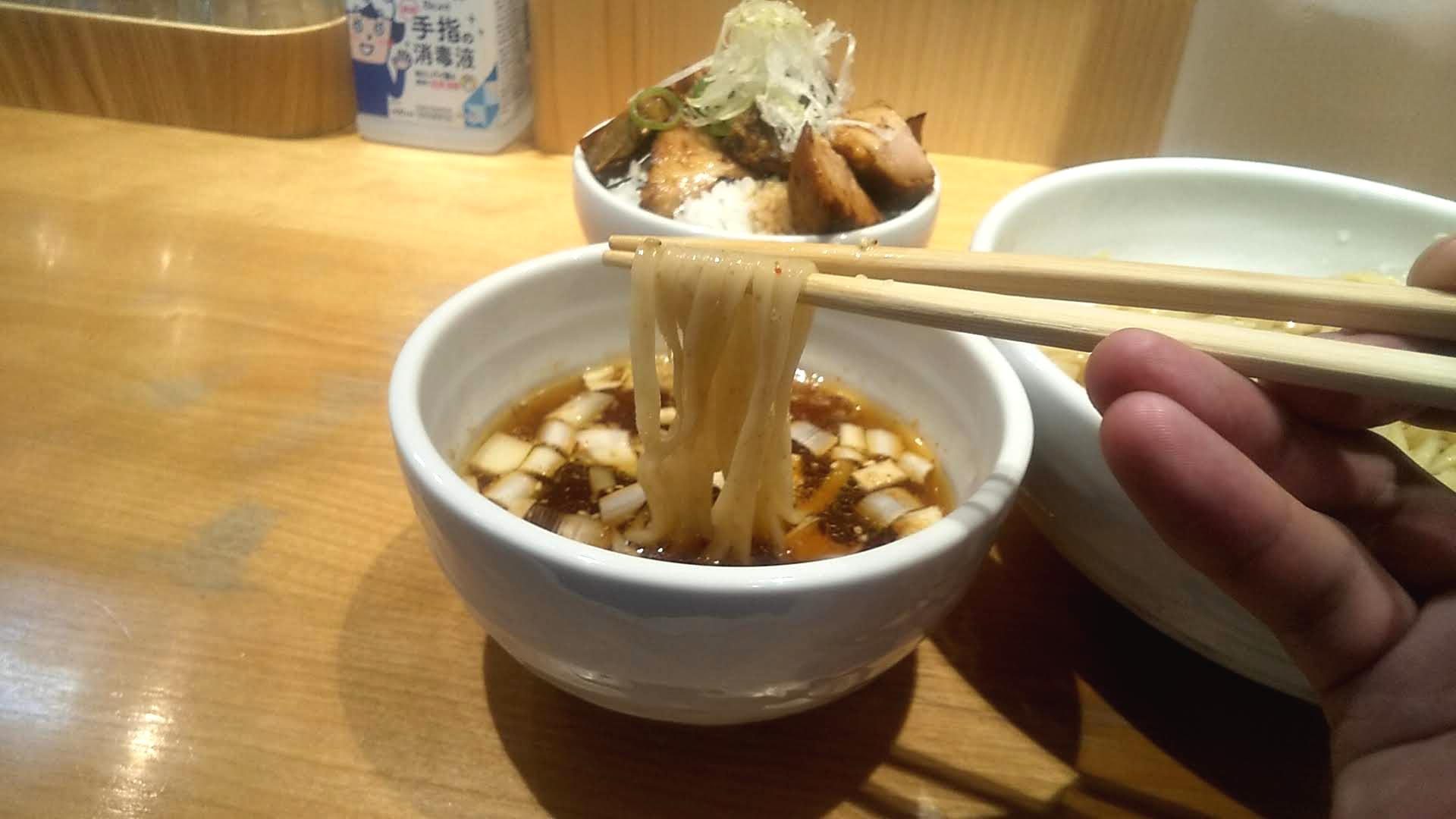 佐々木製麺所のつけ麺の麺リフト写真