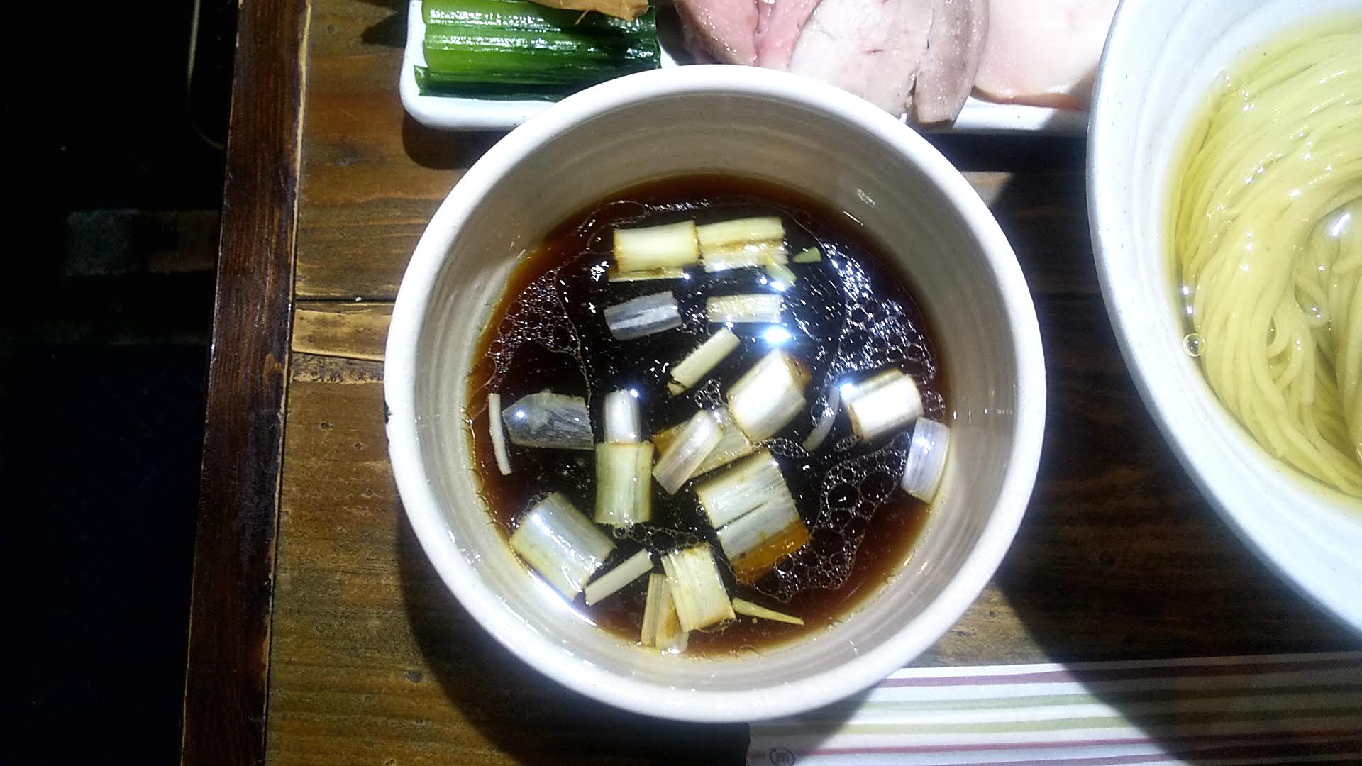ラーメン屋ジョンの全部載せつけ麺のつけ汁の写真
