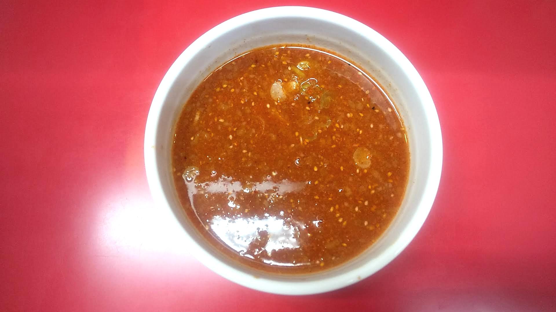 千里眼の胡麻香る辛つけ麺のつけ汁の写真