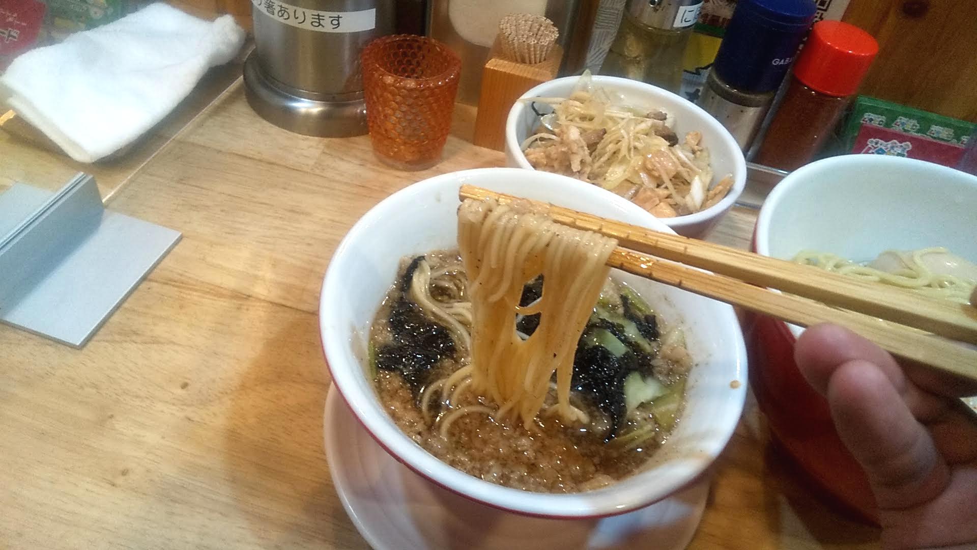 ムタヒロ1号店の煮干し特製つけ麺の麺リフト写真