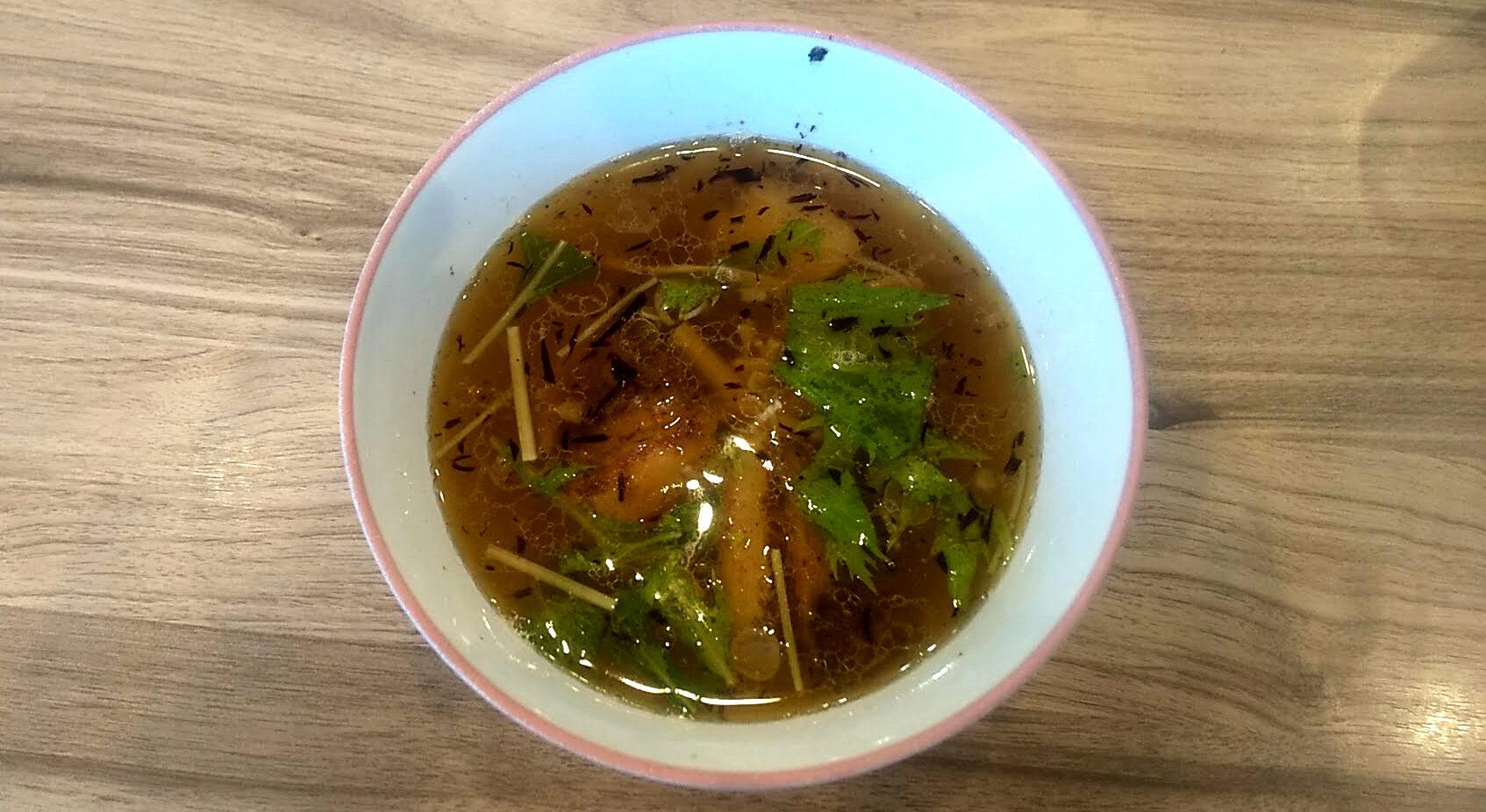 くじら食堂の特製つけ麺のつけ汁の写真