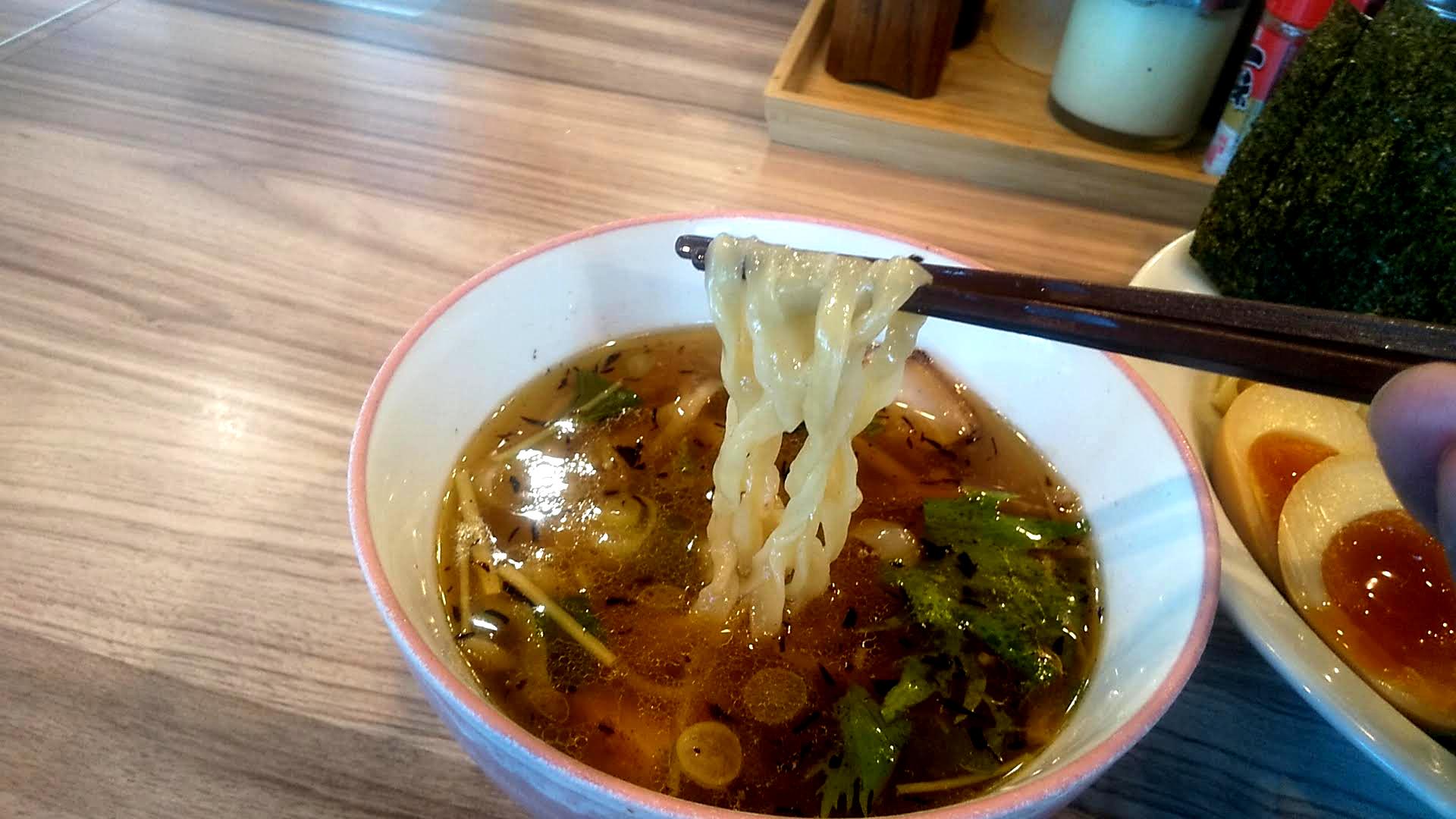 くじら食堂の特製つけ麺の麺リフト写真