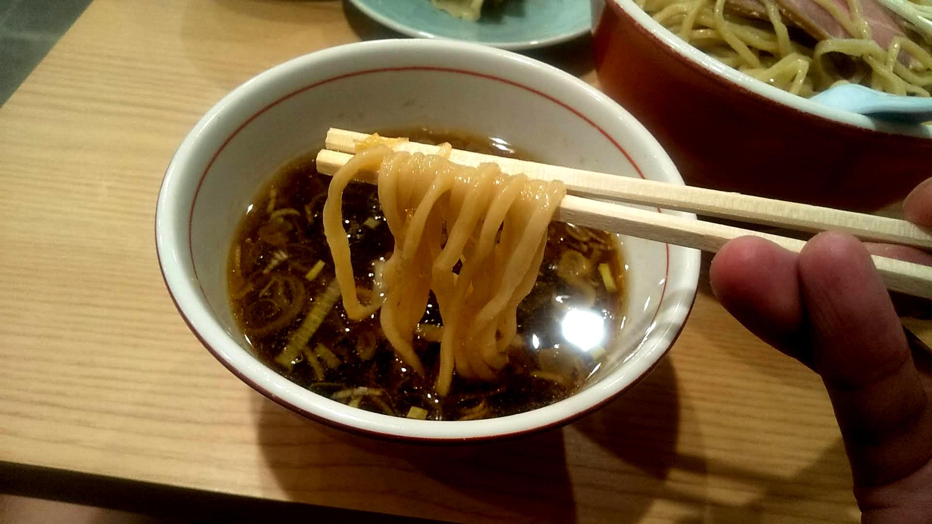 リンダ軒のつけ麺餃子セットの麺リフト写真