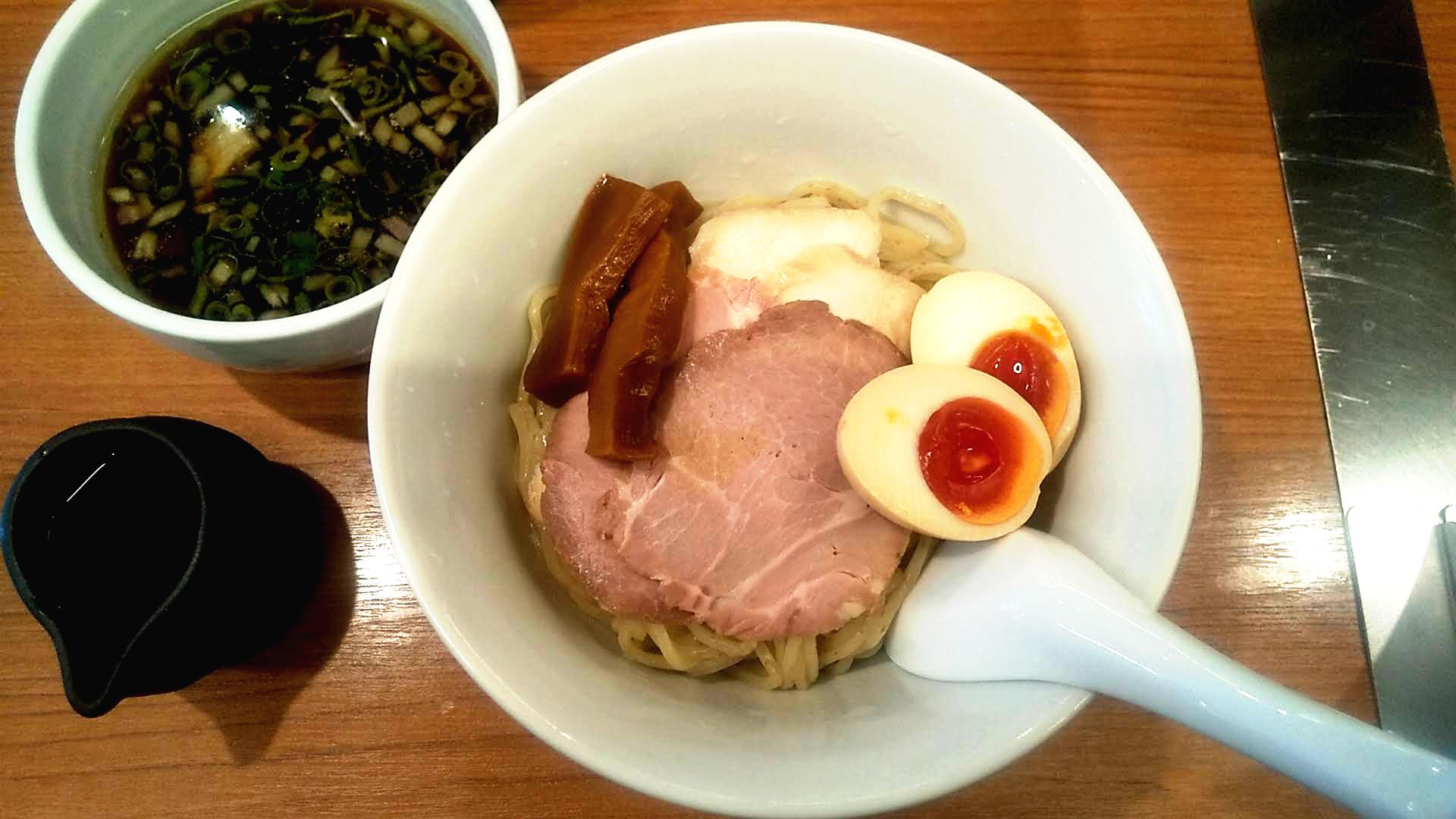 時は麺なりの特製つけ麺の麺皿の写真