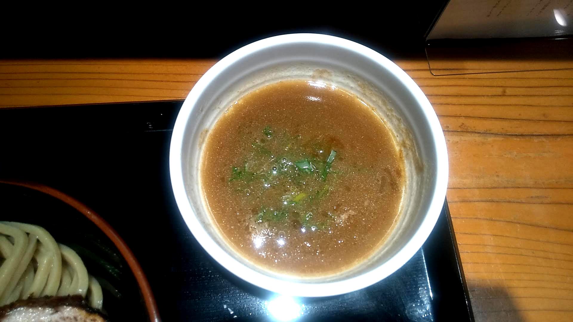 中華蕎麦ひら井のチャーシューつけ蕎麦のつけ汁の写真
