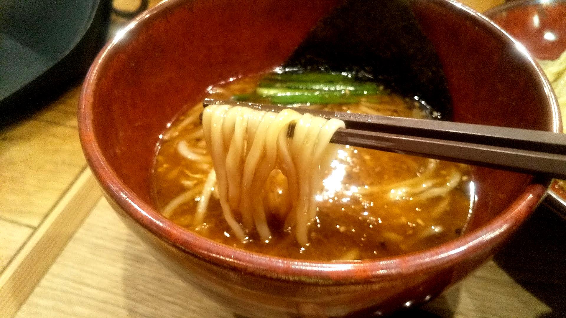 味噌らーめん柿田川ひばりの味噌の昆布水つけ麺の麺リフト写真