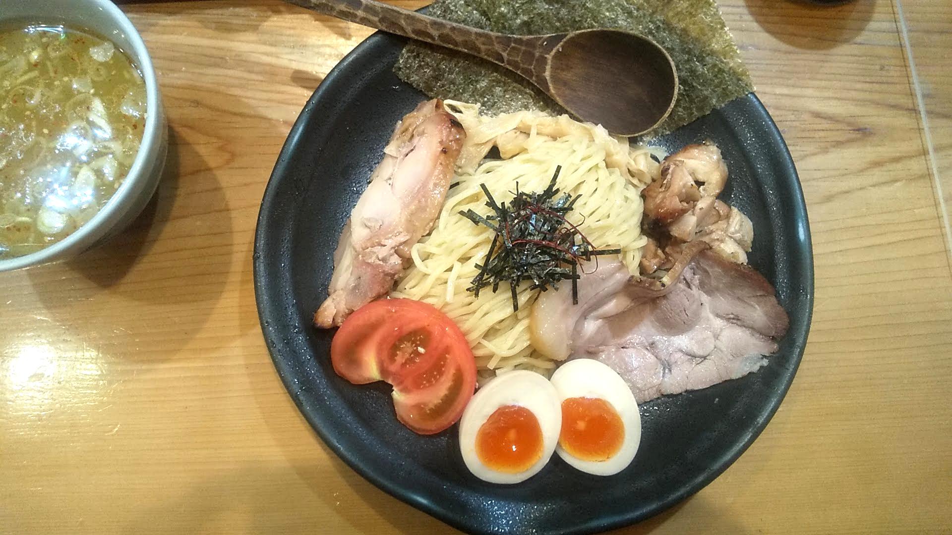 鶏そばそるとの特製もりそばの麺皿の写真