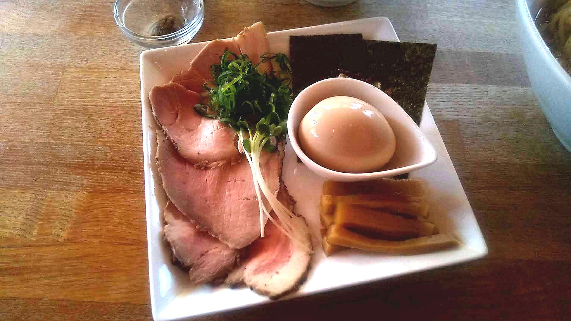 湖麺屋リールカフェの特製つけ麺の特性トッピング皿の写真