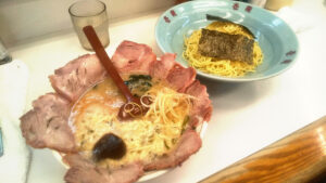 壱発ラーメンのネギトロチャーシューつけ麺の写真